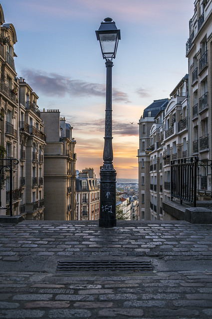 Sunrise on a réverbère, Montmartre, Paris, France