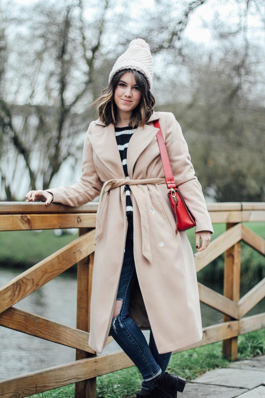 look de invierno con abrigo beige largo