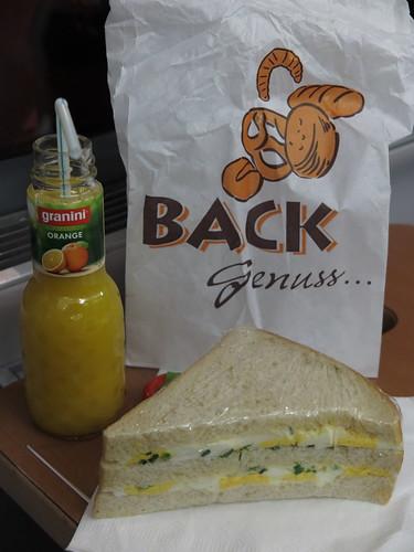 Ei-Sandwich und Orangensaft (von Punto Ernesto im Hamburger Hauptbahnhof) auf Zugfahrt zurück nach Osnabrück