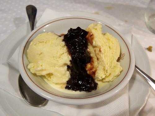 Gelato di crema con marmellata fatta in casa