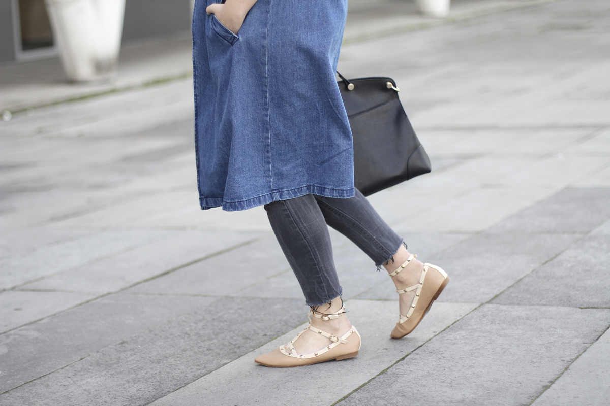 look with denim trench and piper furla streetstyle 3