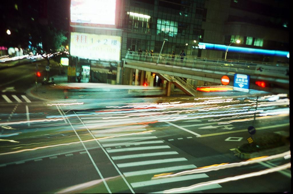 基隆路 信義路口 Taipei, Taiwan / KODAK 500T 5219 / Lomo LC-A+ 剛好經過的車燈五顏六色,沒有架腳架拍,所以看起來有點糊糊的,但是好像還不錯的景,下次再拍一次看看!  用了 PS 加對比 50,讓顏色強烈一點。  Lomo LC-A+ KODAK 500T 5219 V3 4585-0037 2016-03-19 ~ 2016-04-01 Photo by Toomore