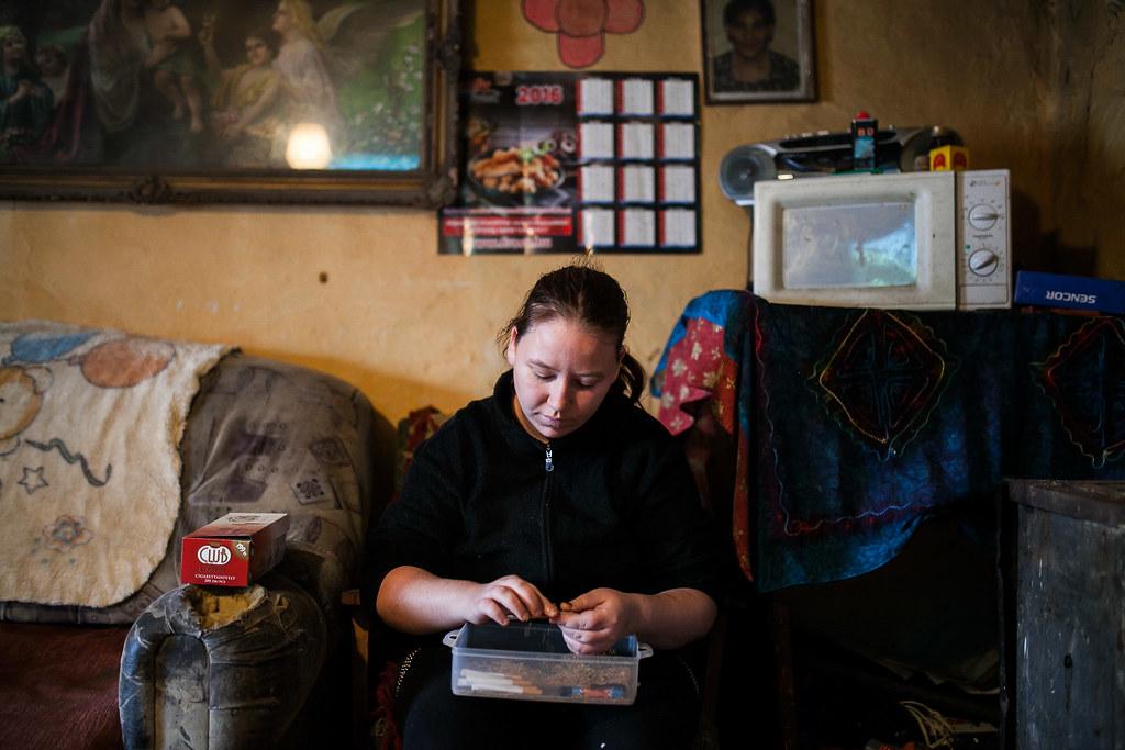 Egy másik toldi házban Rózsi menye dohányt tölt. A mikro a kisgyerekek miatt van, adomány volt. | Fotó: Magócsi Márton