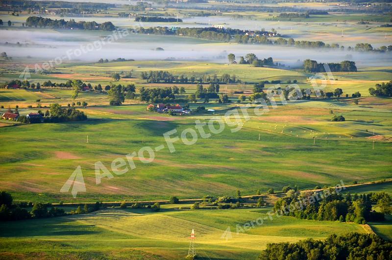 Mazurskie pola wcześnie rano.