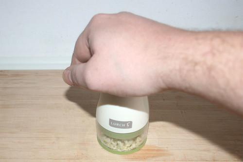 11 - Knoblauch hacken / Hackle garlic