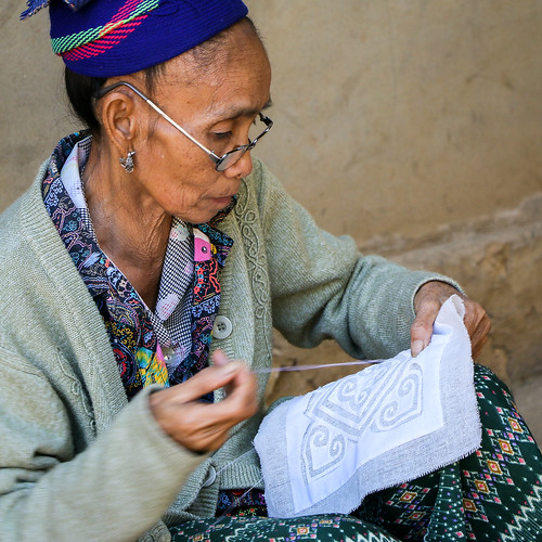 A woman stitching a cloth, Hmong village near Luang Prabang, Laos ルアンパバーン郊外のモン族村、刺繍をする女性
