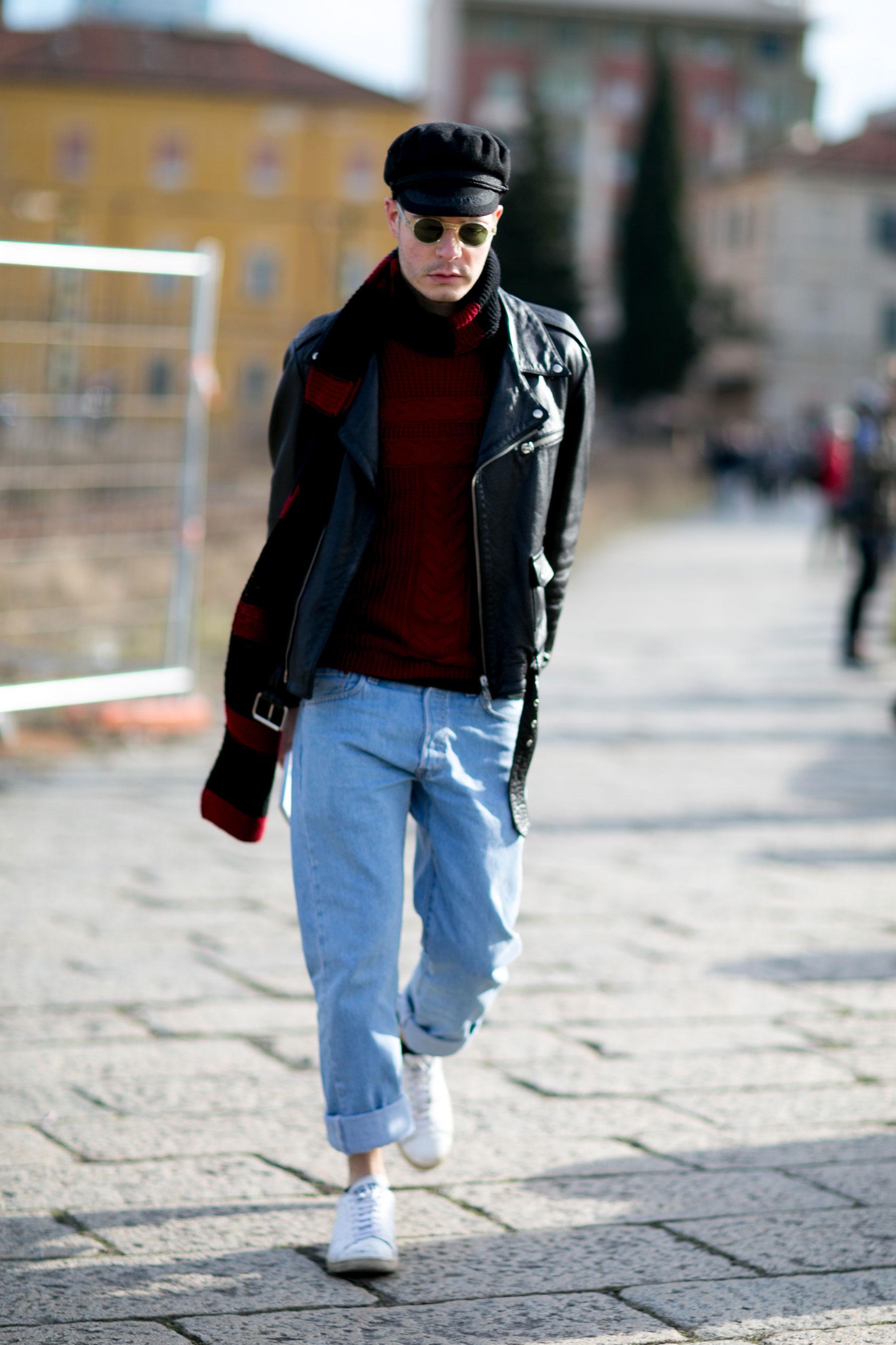 黒バイカーキャップ×ダブルライダース×赤柄セーター×ジーンズ×白ローカットスニーカー