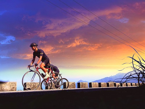 . 晚 霞  . the sunset glow is just like a picture rider @ecstasy1204 & @jameswang1015  bike is @zullobike  & @gurucycles  . #specialized #cycling #specializedbikes #bicycle #roadbike #vel