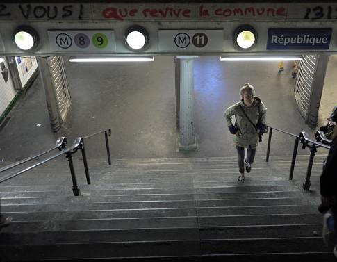 16d23 Place de la République_0076 variante 1 Uti 485