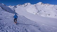 Trasa zjazdu na lodowiec Hintereisferner. W oddali nasz cel - szczyt Weisskugel  3739m. Tomasz