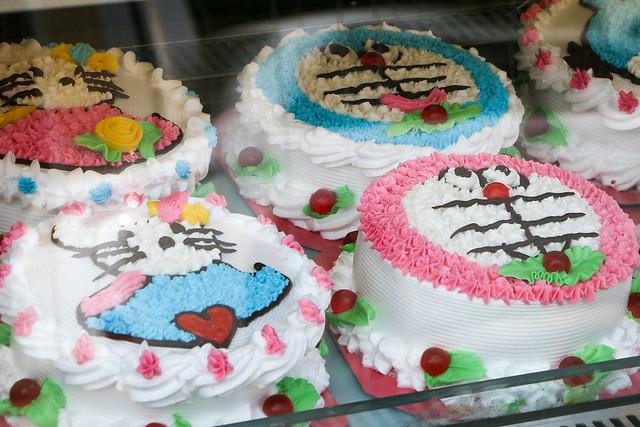 Decorated cakes look like Doraemon and Hello kitty, Luang Prabang, Laos ルアンパバーン、ドラえもんやキティちゃんのような?ケーキ