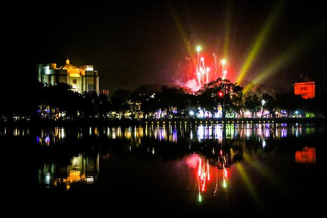 New year fireworks at Hoan Kiem Lake, Hanoi, Vietnam ハノイ、ホアンキエム湖から見た新年の花火