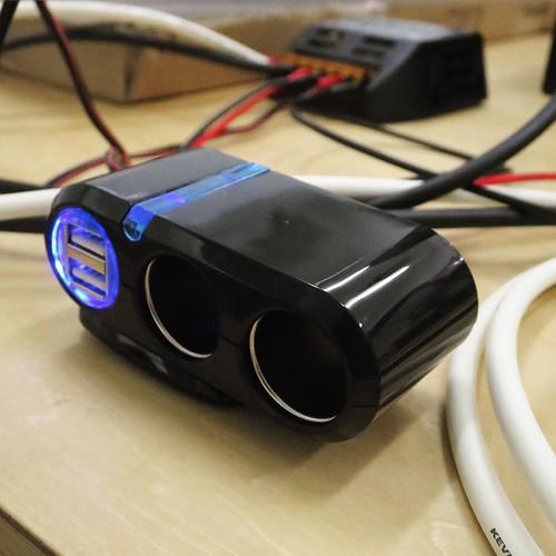 車用のシガーソケットのケーブルを切断して、端子を取り付け。直流12VでシガーソケットやUSBが使えるようになる、と。