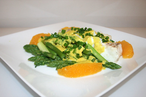 38 - Codfish with green asparagus in orange-curry-sauce - Side view / Kabeljau mit grünem Spargel in Orangen-Currysauce - Seitenansicht