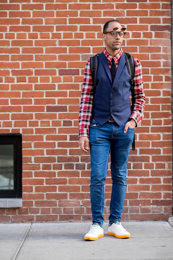赤系チェックシャツ×紺ラペル付きジレ×黒ソリッドタイ×ジーンズ×白ローカットスニーカー