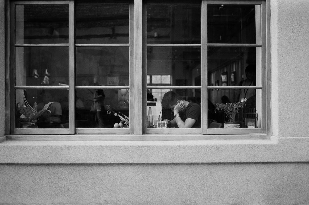 華山創意園區 / Kodak 400TX / Nikon FM2 窗邊苦惱的人,那時候我也很苦惱。  Nikon FM2 Nikon AI AF Nikkor 35mm F/2D Kodak TRI-X 400 / 400TX 2940-0034 2015/11/07 Photo by Toomore