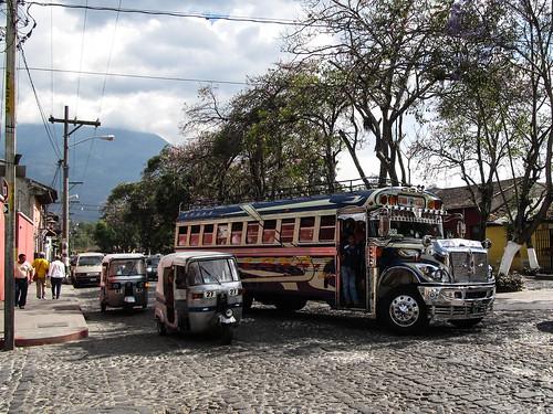 """Antigua: les superbes """"chicken bus"""" d'Antigua"""