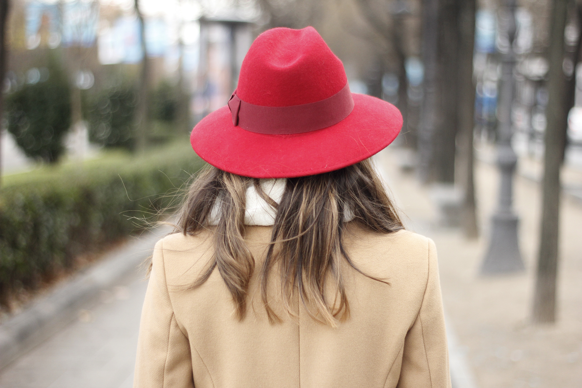 Camel Coat Red Hat Black Heels White pants streetstyle outfit22