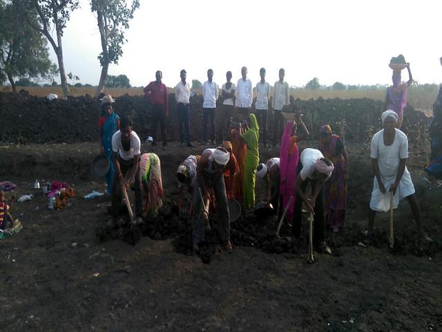 तालाब की खुदाई करते किसान