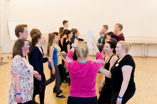 Ungdomar som dansar