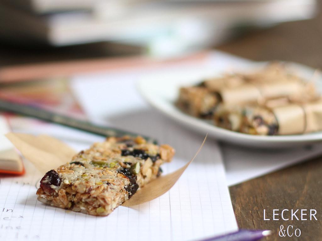 selbst gemachte müsliriegel mit cranberries von LECKER&Co