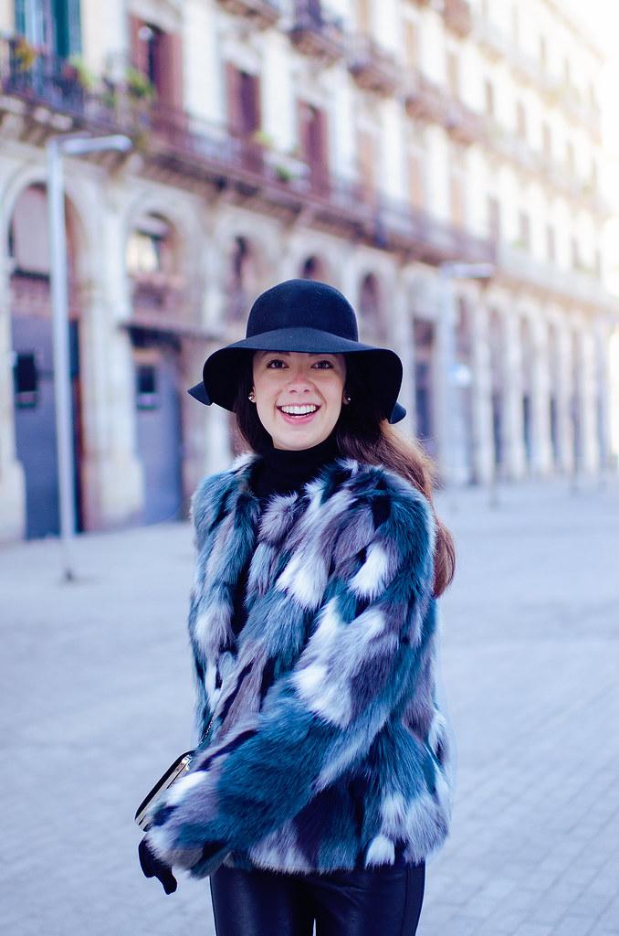 Look con abrigo de pelo de colores