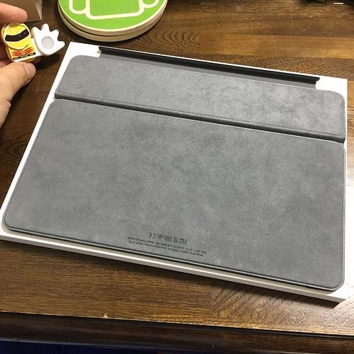 iPad Proの画面に触れる面。フェルト調になっています。