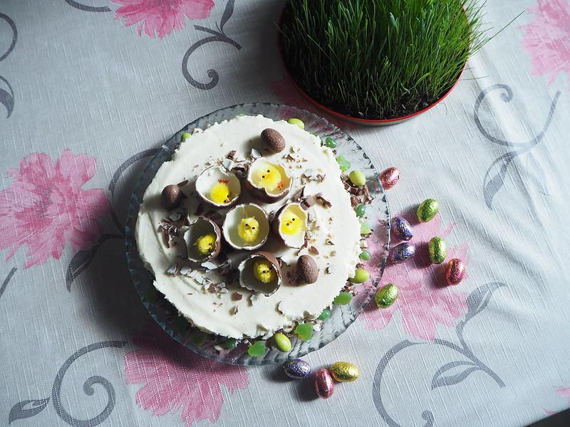 kinderjuustokakku11,kinderjuustokakku14, kinder kakku, kinder cake, kinderjuustokakku, kinder cheese cake, recipe, resepti, miten tehdä, koristeet, tiput, chicks, decoration, baking the cake, dessert, jälkiruoka, ruoka, food, easter, pääsiäinen, ohje, kinder, suklaa, valkosuklaa, maitosuklaa, white chocolate, milk chocolate, cake, kakku, kakkauohje, cake recipe,