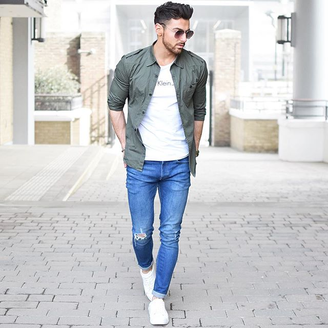カーキミリタリーシャツ×白カルバンクラインTシャツ×ジーンズ×白ローカットスニーカー