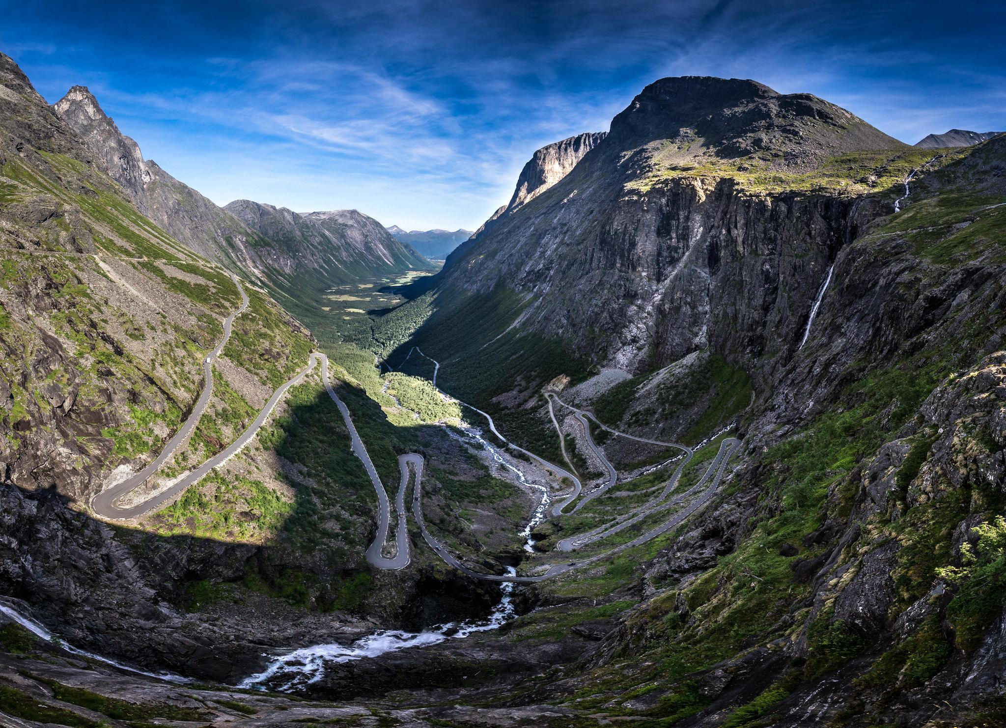 Vista de las 11 curvas cerradas de la Carretera de montaña del Trollstigen o escalera de Troll, desde su mirador