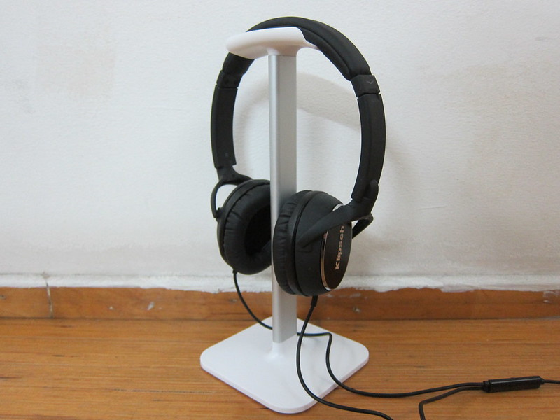 Bluelounge Posto - White - With Headphones