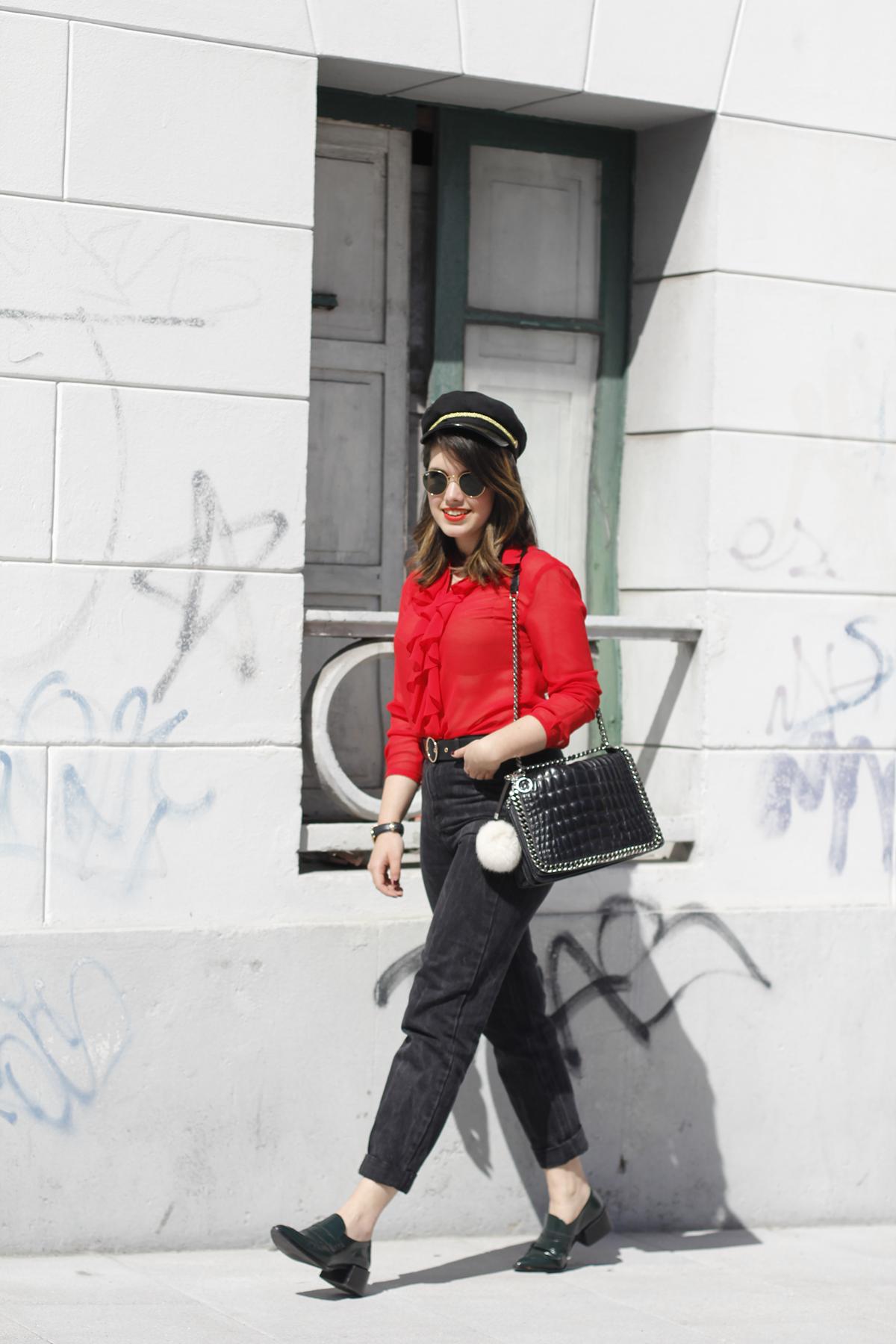 Blusa roja la pipa de la paz confeccionada en galicia con mom jeans y gafas redondas rayban streetstyle