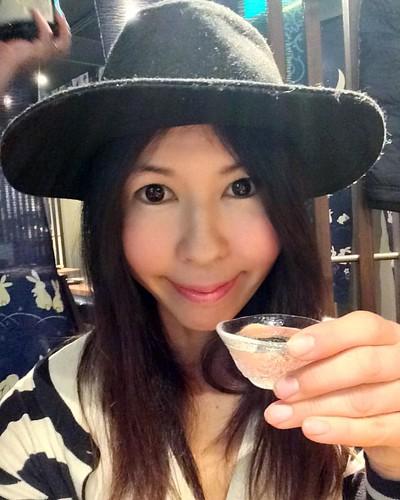 「十四代」   本日は、 「十四代」を5種類いただいています。こちらの日本酒についてご存知でしょうか?  十四代は山形の日本酒で非常に高級なプレミア銘柄として有名で   十四代はとっても人気!  数ある日本酒の中で、何故十四代がこれほどまでにもてはやされるようになったのは、 十四代はフルーティーで甘みのある大吟醸酒で 穏やかな吟醸香とまろやかな甘みでたちまち大ブレイク。全国の量販店や酒屋さんでこぞって十四代を取り扱うようになったそうです。 黒帯さん^ ^は7万する貴重な14代をいただいているのですが こち