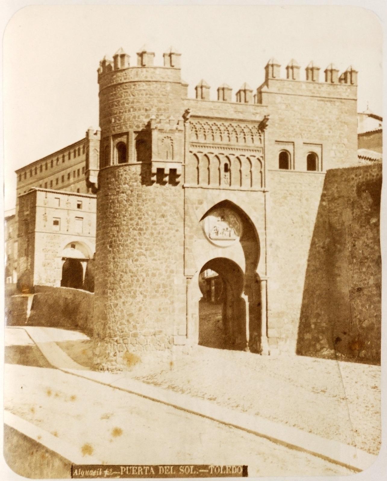 Puerta del Sol en Toledo hacia 1879. Álbum de la National Gallery con fotos de Casiano Alguacil.