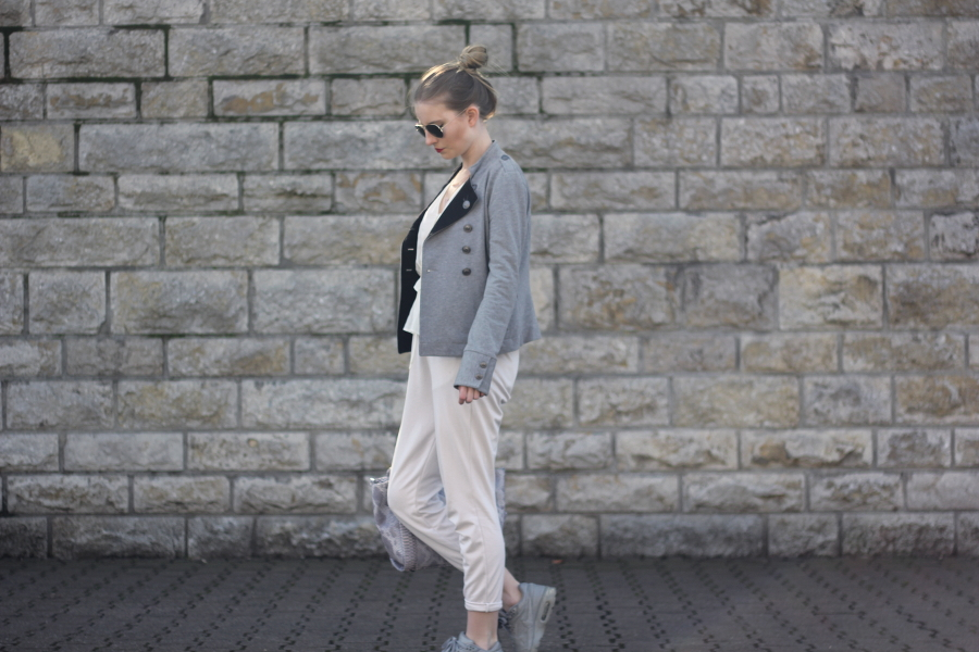 outfit cropped hose beige weiß grau military jacke snake tasche sonnenbrille rote lippen statement blogger
