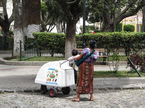 Antigua: une vendeuse de glaces en habits traditionnels (au Parque Central)