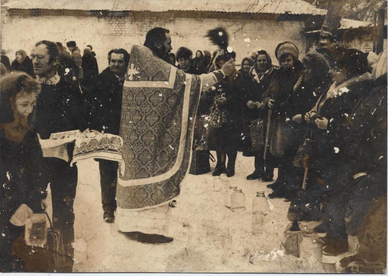 15 февраля 1991 года. Протоиерей Владимир Жилкин освящает воду и свечи на подворье открывшегося Спасского собора.