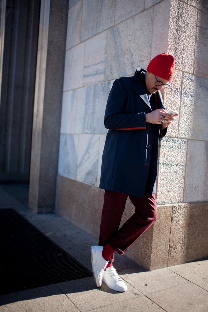 赤ニットキャップ×紺チェスターコート×エンジパンツ×白ローカットスニーカー
