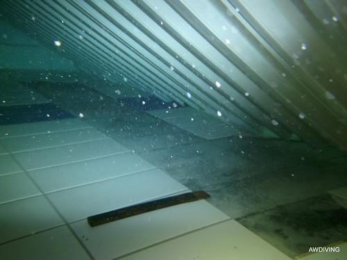 holle tegels zwembad