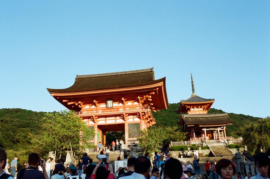 清水寺 京都 Kyoto, Japan / Kodak ColorPlus / Nikon FM2 從花見小路一路慢慢走回到清水寺,那時候在京都是住在清水寺下面,剛到京都的第一天下雨,我也是跑來拍雨天的清水寺。  延續黃昏,過來拍幾張紀念。  Nikon FM2 Nikon AI AF Nikkor 35mm F/2D Kodak ColorPlus ISO200 0991-0017 2015-09-28 Photo by Toomore