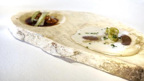 Calamar aliñado, papada y caldo cítrino : Ravioli de calamares guisados con pilpil de bacalao, ajo negro y vainilla
