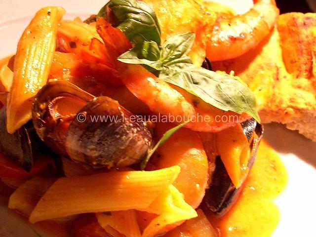Penne Saumon Moules Crevettes Croûte de Pain  © Ana Luthi  001