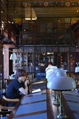 Estudiando en el Ateneo de Barcelona