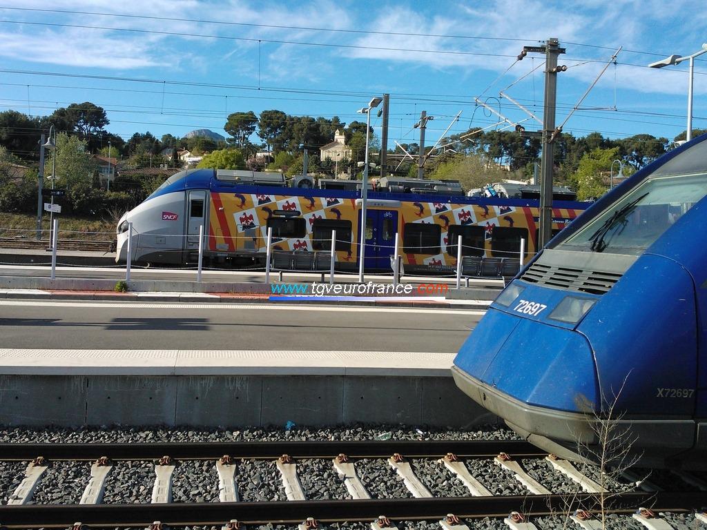 Un autorail XTER Alstom X72500 SNCF et un Régiolis Alstom bimode B84500 SNCF