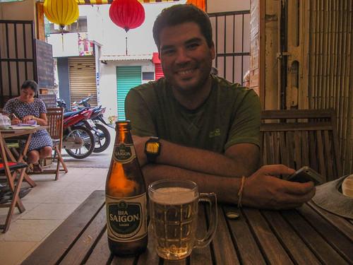 Ho Chi Minh Ville: une bonne bière Saigon pour commencer notre séjour au Vietnam.