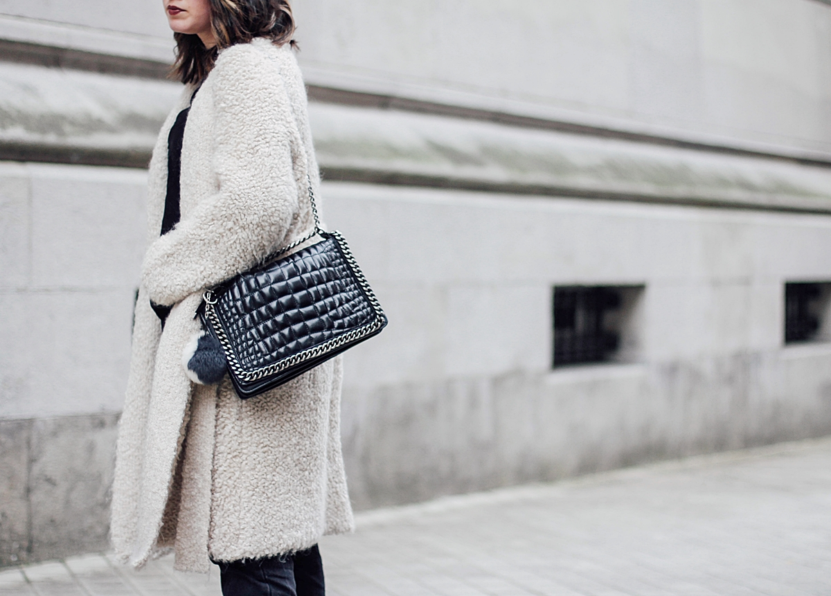 Beige_Cardigan_Uterqüe_cocodrile_shoulder_bag_zara_gucci_red_loafers_streetstyle_coruna