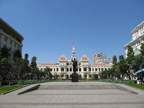 Ho Chi Minh Ville: l'Hôtel de Ville et la statue d'Ho Chi Minh