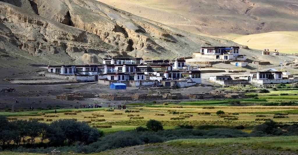xigaze chat Tại xigaze, dòng sông băng vốn trắng như tuyết, trở nên vừa vàng vừa đen, khó coi trên quốc lộ thanh - tạng, các loại xe tải nặng thải ra khói bụi dày đặc, nhuộm đen chân trời xanh thẳm tại dãy núi himalaya, đồ bỏ đi bị khách lữ hành tiện tay vứt bỏ.