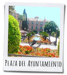 Een deel van het Bisschoppelijk Paleis kijkt uit over de fleurige Plaza del Ayuntamiento en de rivier de Segura
