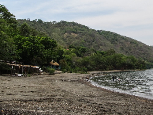 Laguna de Apoyo: des locales qui se baignent et font en même temps leur lessive